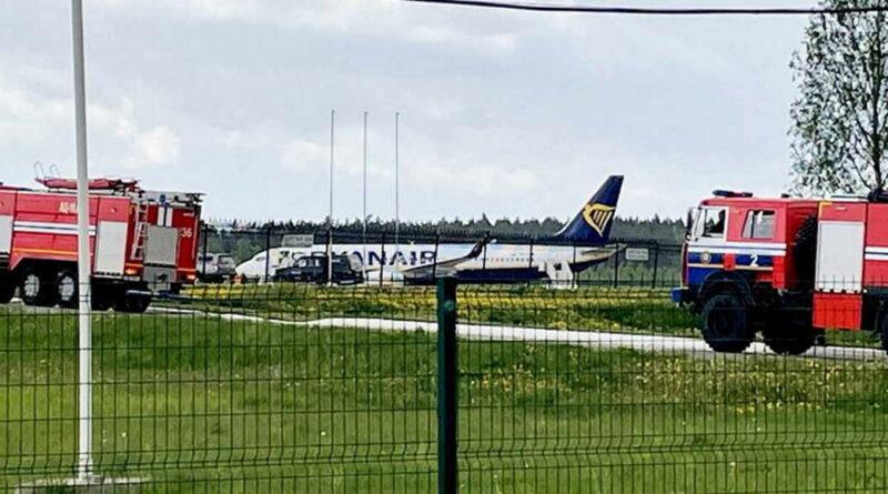 myśliwiec zmusił do lądowania Boeinga 737